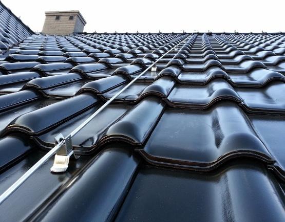 Zwody mocujące na dachu instalacje odgromową